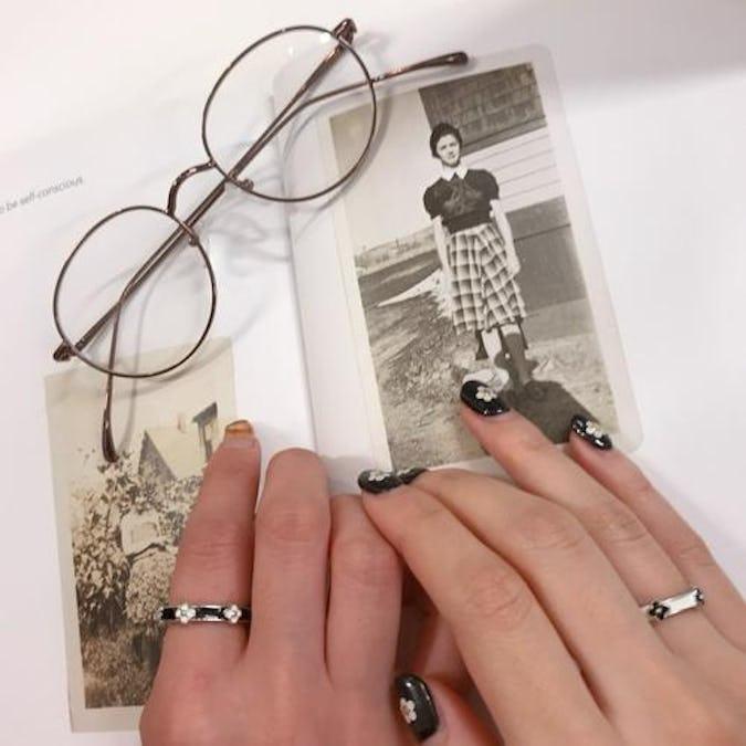 monotone flower ring set