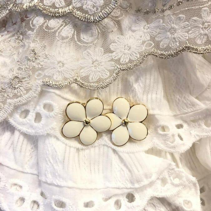 offwhite flower pierce