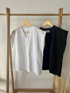 Vネックノースリーブシャツ